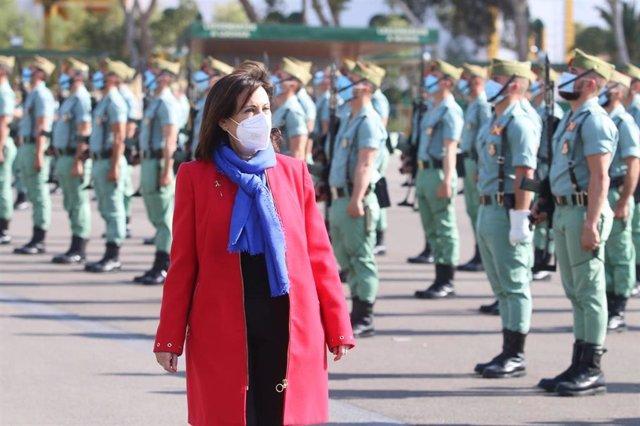 La ministra de Defensa, Margarita Robles, en su visita a la base de La Legión de Viator (Almería).