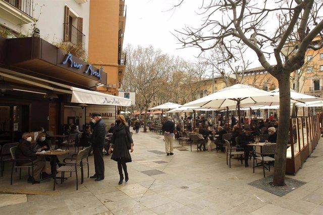 Archivo - La terraza de un bar en Palma.