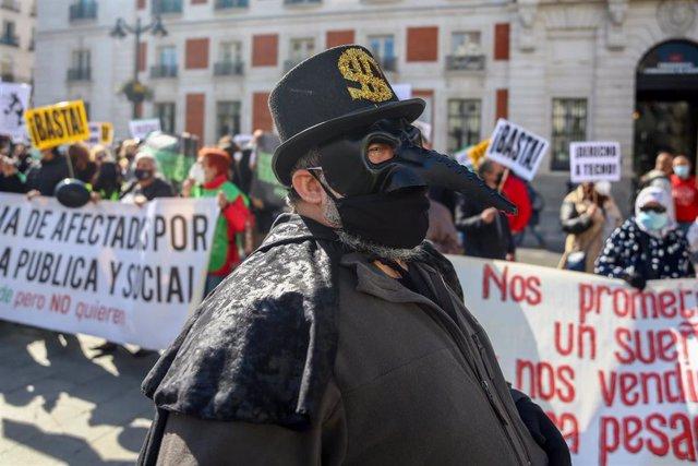 Un hombre disfrazado de fondo buitre participa en una concentración de afectados por la venta de viviendas a Encasa Cibeles, del fondo buitre Goldman Sachs, en la Puerta del Sol, a 7 de abril de 2021, en Madrid (España). Durante el acto, convocado por la