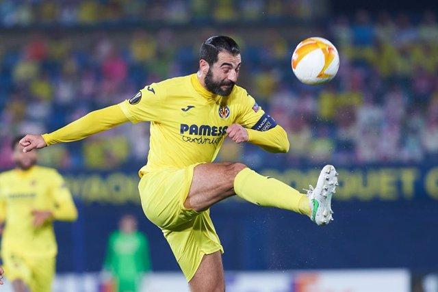 Archivo - El jugador del Villarreal Raúl Albiol en el encuentro contra el Salzburgo en el Estadio de la Cerámica.