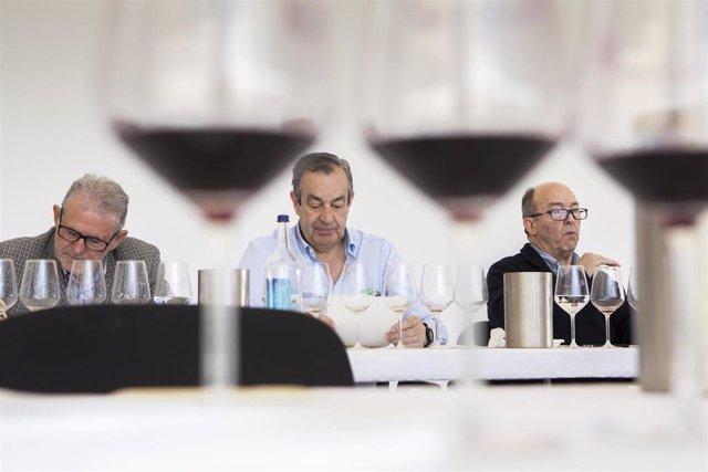 Juan B. Chávarri (izda.) junto a Pepe Hidalgo y Basilio Izquierdo en una cata técnica de los Premios Ecovino