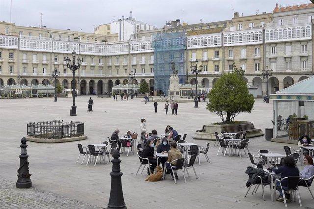 Varias personas en la terraza de un restaurante, en A Coruña