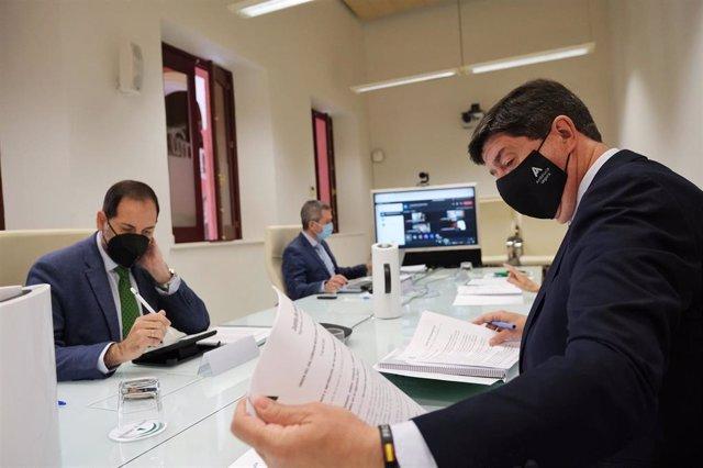 El vicepresidente y consejero de Turismo, Regeneración, Justicia y Administración Local, Juan Marín, copreside la Comisión Mixta con la Fiscalía Superior.