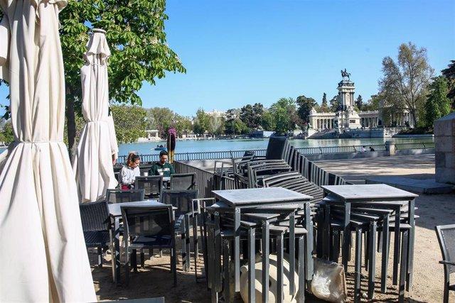 La terraza de un bar, en el Parque de El Retiro, en Madrid (España).
