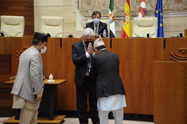 Saludo en la Asamblea de Extremadura del presidente de la Fundación Lumbini Garden y el de la Asamblea Nacional de Nepal, con Fernández Vara al fondo.