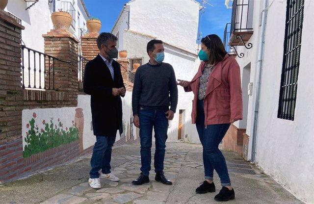 El portavoz socialista en Diputación, José Bernal, la diputada provincial, Gema Ruiz, y el alcalde de Cartajima, Francisco Benítez