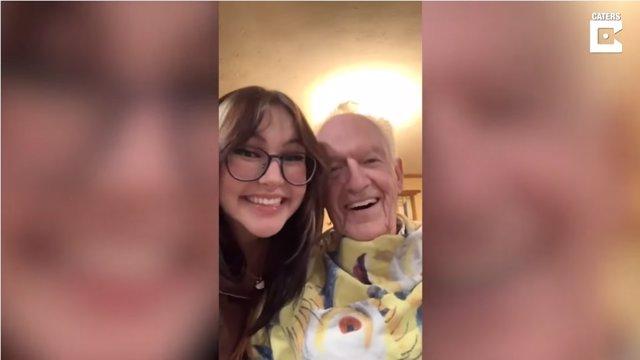 Este abuelo se tiñe el pelo de rosa por su 90 cumpleaños