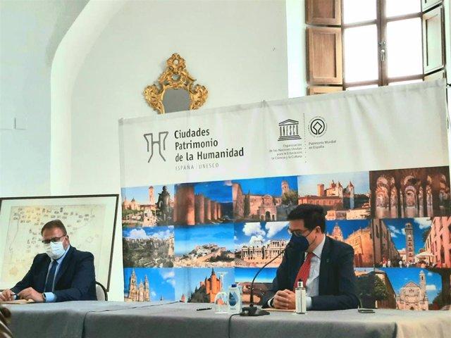El presidente del Grupo de Ciudades Patrimonio de la Humanidad y alcalde de Mérida, Antonio Rodríguez Osuna, firma con el presidente de Paradores, Óscar López, la renovación de un convenio de colaboración