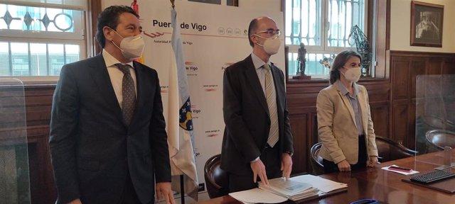 El presidente del Puerto de Vigo (c), Jesús Vázquez Almuíña, junto al secretario del organismo, José Ramón Costas, y a la directora del mismo, Beatriz Colunga.