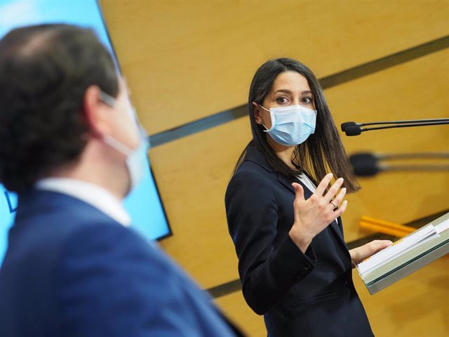 La presidenta de Ciudadanos, Inés Arrimadas, interviene en una rueda de prensa posterior a una reunión con el presidente de la Junta de Castilla y León, Alfonso Fernández Mañueco (i), a 6 de abril de 2021, en Valladolid, Castilla y León (España).