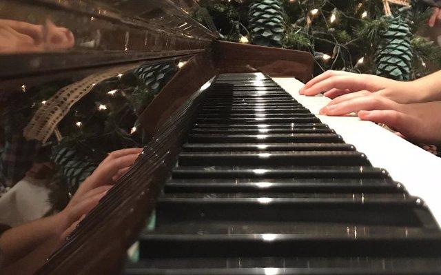 Manos en un piano