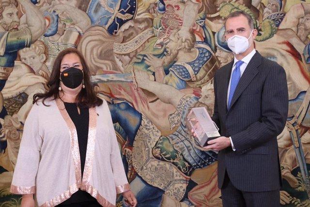 La presidenta de la AVT, Maite Araluce, entrega el premio de la asociación al Rey Felipe VI en un acto en Zarzuela