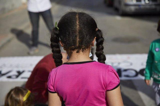 Una niña de espaldas en Madrid.