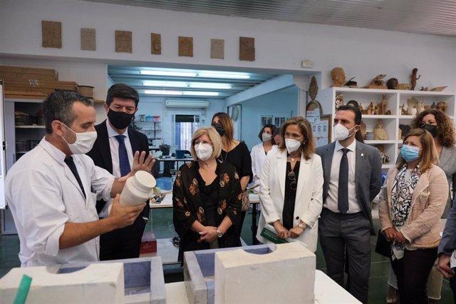 Visita de Santa María, acompañada de Juan Marín, a la Escuela de Artesanos de Gelves