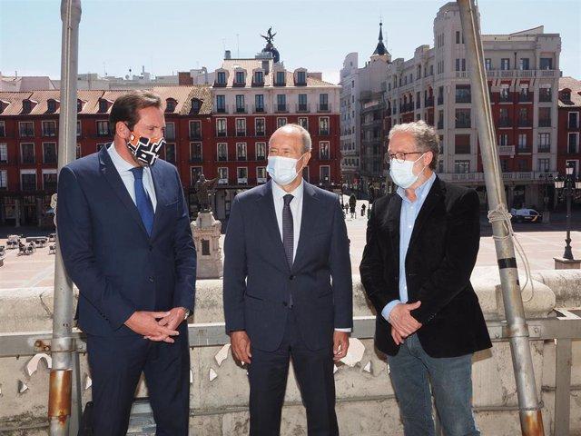 El alcalde, Óscar Puente; el ministro de Justicia, Juan Carlos Campo; y el primer teniente alcalde, Manuel Saravia, conversan durante una visita programada al Ayuntamiento de Valladolid.