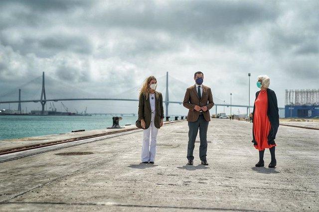 Juanma Moreno, Teófila Martínez y Ana Mestre en el puerto de Cádiz