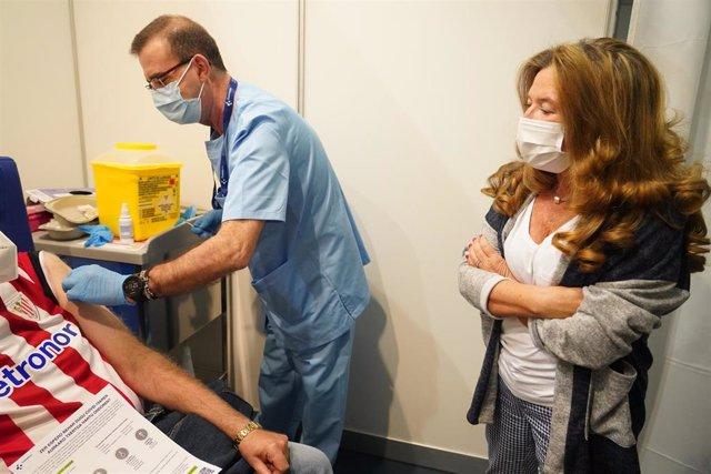 La consejera de Sanidad en Euskadi, Gotzone Sagardui, en un dispositivo de vacunación contra la COVID-19 para personas menores de 65 años en el Bilbao Exhibition Center (BEC), a 3 de abril de 2021, en Barakaldo, Euskadi (España).