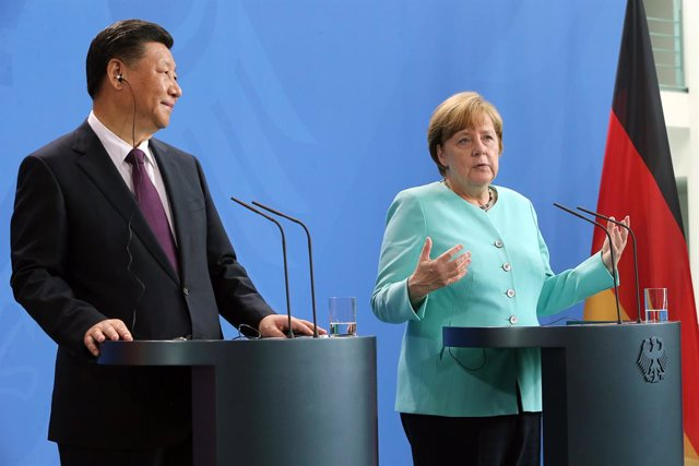 Archivo - FILED - 05 July 2017, Berlin: German chancellor Angela Merkel (R) and Chinese president Xi Jinping attend a joint press confrence. German Chancellor Angela Merkel and Chinese President Xi Jinping have underscored the importance of close cooperat