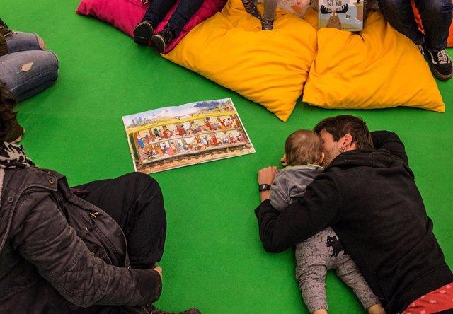 Archivo - Arxiu - Un nen i un adult participen en el festival Món llibre, destinat al públic infantil, durant l'edició del 2017.