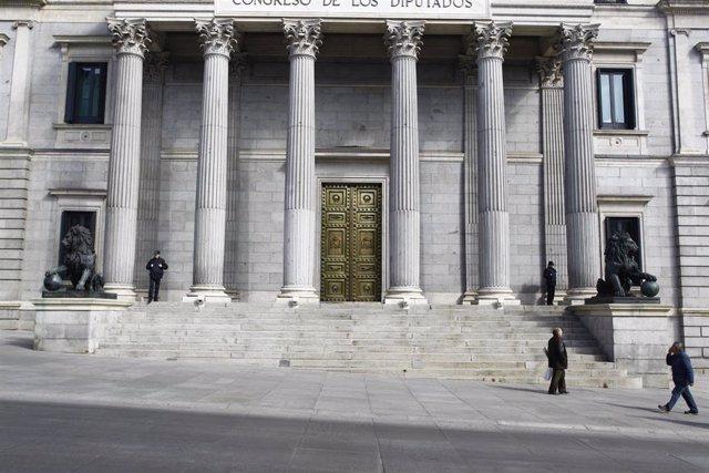 Archivo - Puerta principal del Congreso de los Diputados con los leones