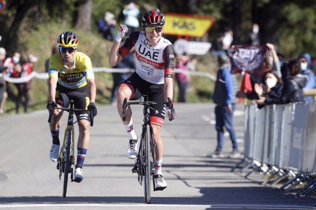 El esloveno Tadej Pogacar (UAE-Team Emirates) gana la tercera etapa de la Itzulia Basque Country, disputada entre Amurrio y Ermualde, por delante de su compatriota y líder Primoz Roglic (Jumbo-Visma)