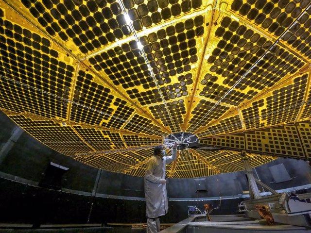 Paneles solares de la misión Lucy