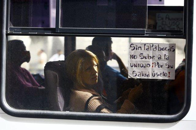 Archivo - Mensaje por el uso de mascarillas en un autobús en Carabobo (Venezuela)