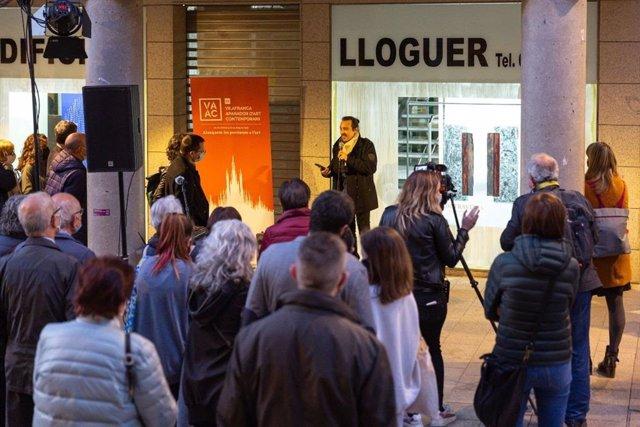 El projecte Vilafranca Aparador d'Art Contemporani (VAAC) exposa l'obra de 17 artistes al bell mig de l'eix comercial de la ciutat.
