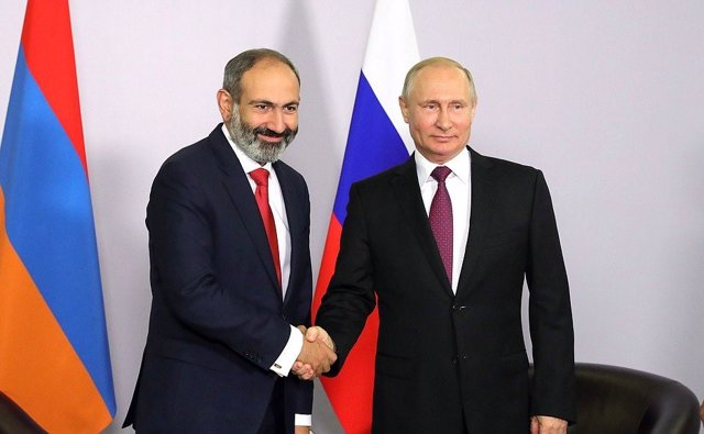 Archivo - Pashinian saluda a Putin en Sochi