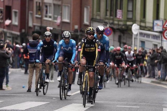 Ciclistas a su paso por Sestao al inicio de la segunda etapa de la Itzulia 2021, a 6 de abril de 2021, en Sestao, Vizcaya, Euskadi (España)