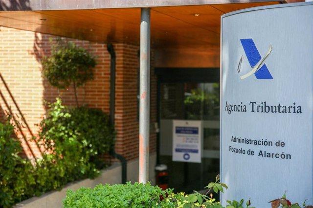 Exterior de una oficina de la Agencia Tributaria el día en el que arranca la Campaña de la Renta 2020, a 7 de abril de 2021, en Madrid (España).
