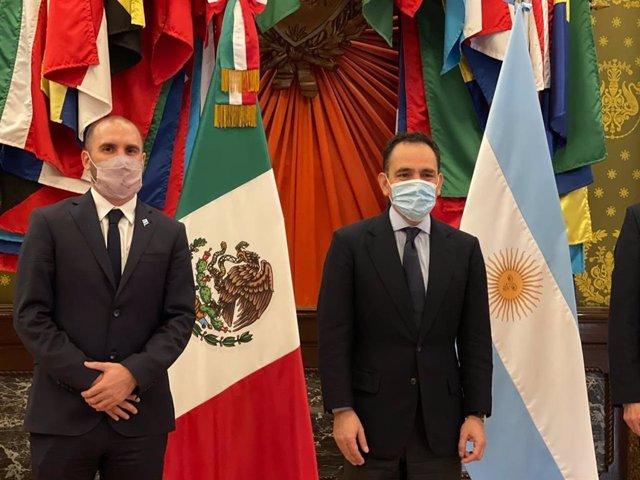 Archivo - El ministro de Economía de Argentina, Martín Guzmán, y el secretario de Hacienda de México, Arturo Herrera