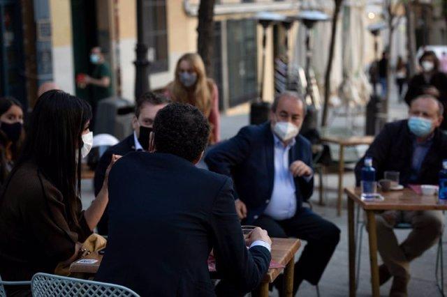 La vicealcaldesa de Madrid, Begoña Villacís, y el candidato de Ciudadanos a la Presidencia de la Comunidad de Madrid, Edmundo Bal, durante una reunión con hosteleros.