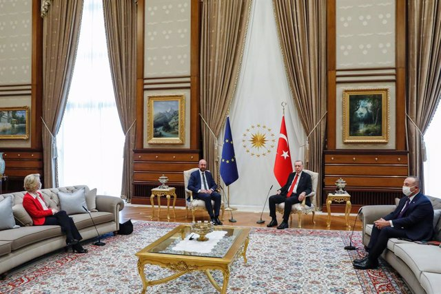HANDOUT - 06 April 2021, Turkey, Ankara: Turkish President Recep Tayyip Erdogan (2nd R) and Turkish Minister of Foreign Affairs Mevlut Cavusoglu (R) meet with European Council President Charles Michel (L) and European Commission President Ursula Von der L