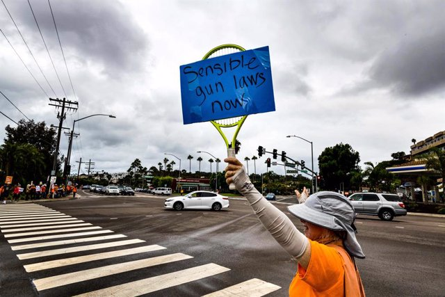 Archivo - 28 September 2019, US, San Diego: A demonstrator crosses the street to meet others who gathered outside San Diego's Del Mar Fairgrounds to protest the facility's hosting of a gun show. Photo: David Barak/ZUMA Wire/dpa