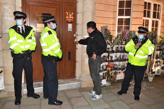 El embajador birmano en Reino Unido, Kyaw Zwar Minn, intentando acceder a la sede diplomática.