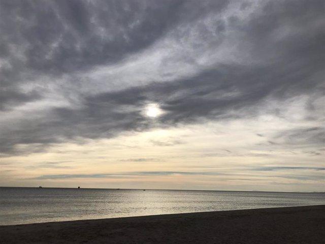 Archivo - Cielo nuboso en València