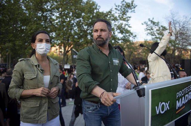 El líder de Vox, Santiago Abascal, y la candidata del partido a la Presidencia de Madrid, Rocío Monasterio, durante la candidatura para las próximas elecciones del 4 M, en Vallecas.
