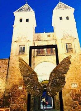 Archivo - La Puerta de Bisagra de Toledo acoge las 'Alas de México'.