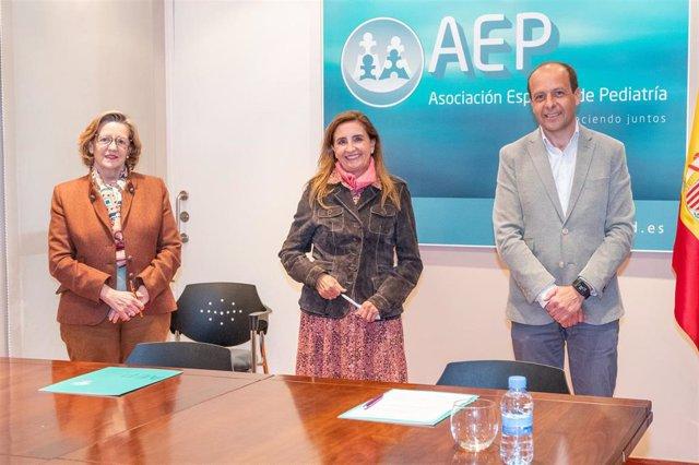 De izquierda a derecha, la doctora Teresa Hernández Sampelayo, presidente de la Fundación Española de Pediatría_ la doctora María José Mellado, presidente de la AEP y Alberto Vega Pascual, presidente de