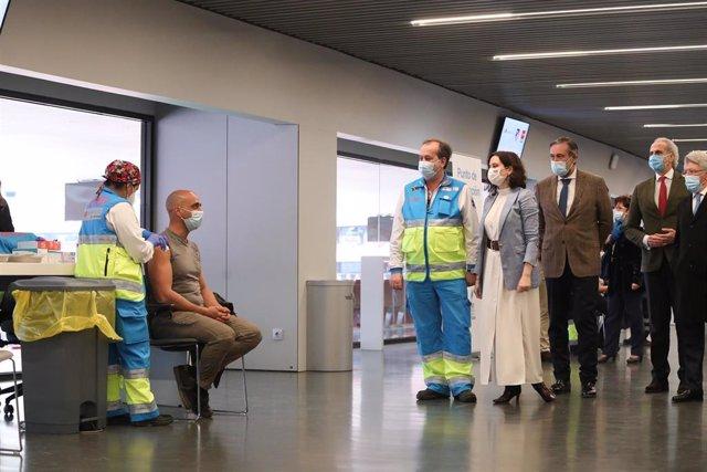 Archivo - (I-D) Un gerente del SUMA 112, la presidenta de la Comunidad de Madrid, Isabel Díaz Ayuso, el consejero de Justicia, Interior y Víctimas, Enrique López y el consejero de Sanidad, Enrique Ruiz Escudero asisten al punto de vacunación contra el Cov