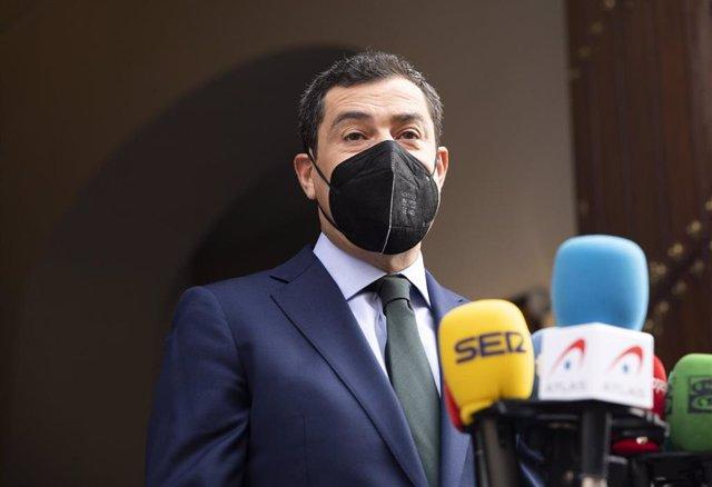 El presidente de la Junta de Andalucía, Juanma Moreno, en una foto de archivo durante una atención a medios.