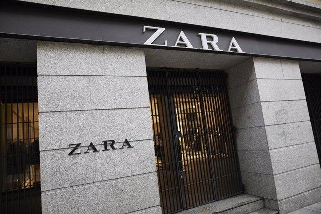 Archivo - Una persona pasa al lado del primer local de Zara que abrió en la capital junto a la Puerta del Sol, en Madrid, (España),