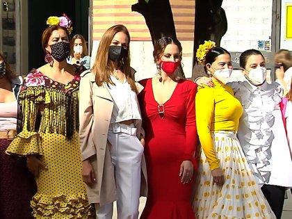 Eva González, con la mejor de sus sonrisas, 'se pone flamenca' para apoyar a la moda andaluza