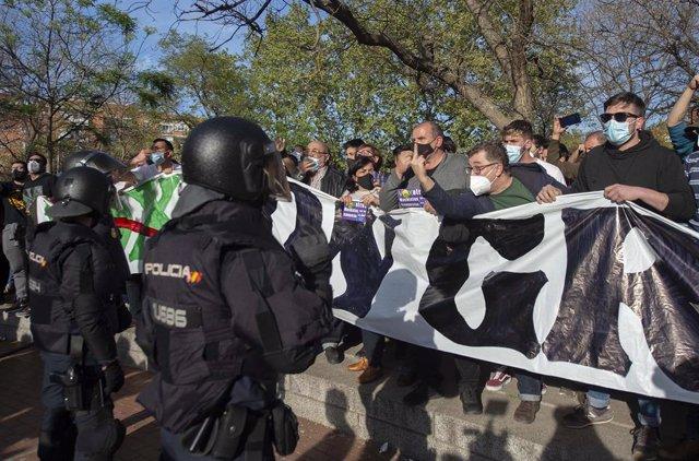 Varias personas participan en la concentración convocada en Vallecas contra Vox.