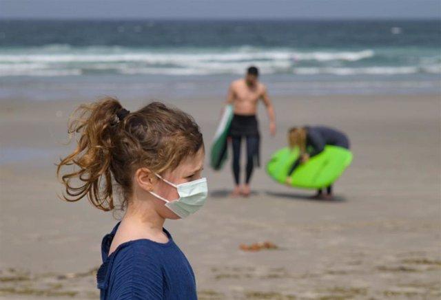 Una niña lleva una mascarilla en la Playa das Salseiras, a 3 de abril de 2021, en el municipio de A Laracha, A Coruña, Galicia (España).