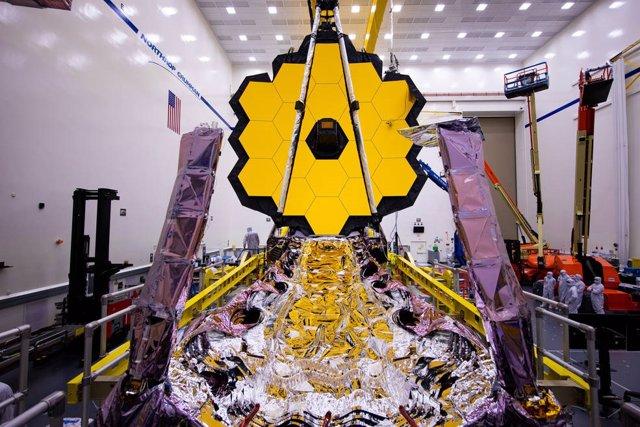 Archivo - El telescopio espacial James Webb desplegó previamente su espejo primario en marzo de 2020. Su parasol plegado también es visible en esta imagen.