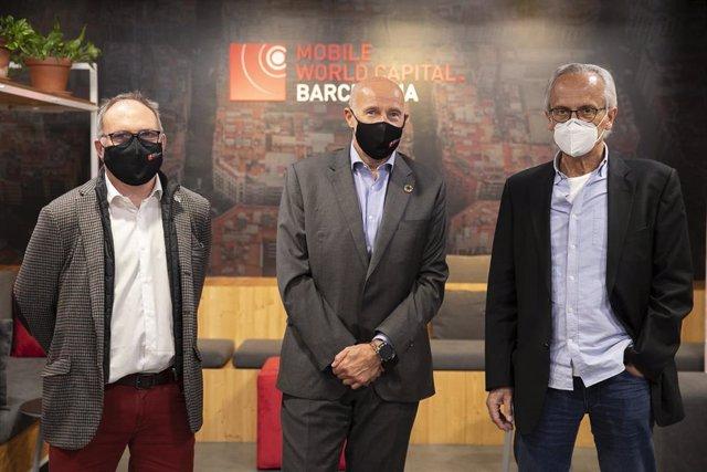 El cio y director del Programa 5G de Mobile World Capital Barcelona, Eduard Martín; el ceo de Mobile World Capital Barcelona, Carlos Grau, y el presidente de la Fundació Lluita contra la Sida, Bonaventura Clotet