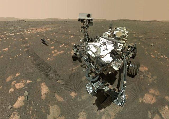 Selfie del rover Perseverance junto al pequeño helicóptero Ingenuity