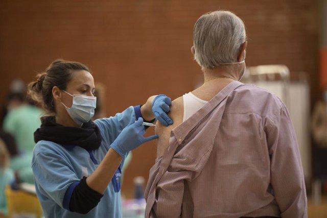 Un hombre recibe la primera dosis de la vacuna contra covid-19